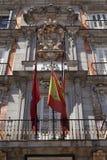 Bajorrelieve del escudo de armas de España en el alcalde de la plaza Imagen de archivo libre de regalías