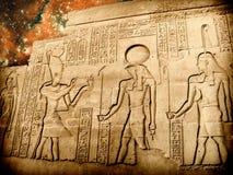Bajorrelieve del templo de Sobek en Kom-Ombo y pequeño Magellanic Clou Foto de archivo libre de regalías