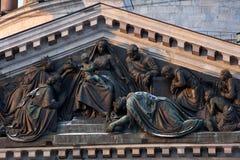 Bajorrelieve en el frontón de la catedral del St Isaacs, St Petersburg Foto de archivo libre de regalías