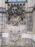 Bajorrelieve en la pared del castillo real Zwinger en Dresden imagenes de archivo