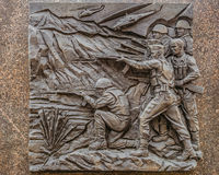 Bajorrelieve histórico en Belgorod el obelisco de la gloria militar, representando los conflictos armados locales modernos Imagenes de archivo