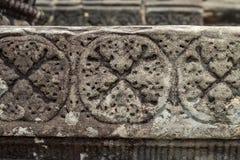 Bajorrelieve tallado piedra del templo antiguo en Angkor Wat Talla del primer de piedra del ornamento Arte de talla de piedra imagenes de archivo