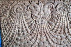 Bajorrelieves de piedra las paredes y los techos de adornamiento de templos indios antiguos Foto de archivo libre de regalías