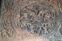 Bajorrelieves de piedra las paredes y los techos de adornamiento de templos indios antiguos Fotos de archivo libres de regalías