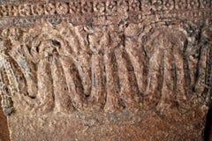 Bajorrelieves de piedra las paredes y los techos de adornamiento de templos indios antiguos Fotografía de archivo libre de regalías