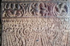 Bajorrelieves de piedra las paredes y los techos de adornamiento de templos indios antiguos Fotografía de archivo