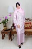 桃红色baju kurung的新马来的妇女, 免版税库存照片