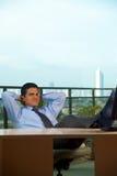 bak affärsmanhandhuvudet reclined latinamerikanen Royaltyfria Bilder