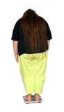 bak att se överviktiga scaleskvinnor Royaltyfria Foton