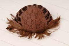 Bak av den bruna peruken, inom, den inre sidan av peruken, lockigt H Arkivfoto