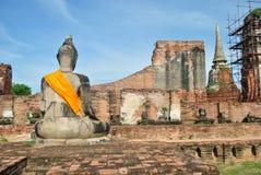 Bak av den forntida statyn av buddha Royaltyfri Bild