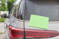 Bak av den smutsiga bilen med tomt papper för text Biltvättconcep royaltyfri foto