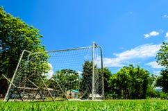 Bak av det Mini Football målet i högskola Arkivbild