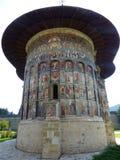 Bak av kloster av Sucevita i Bucovina i Rumänien arkivbilder