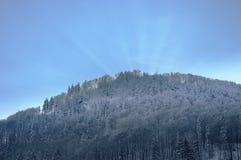 bak bergsunbeams Fotografering för Bildbyråer