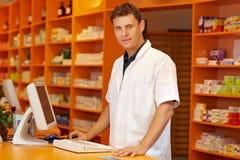 bak counter pharmacist Arkivbilder