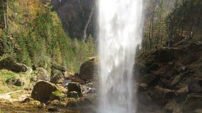 Bak den fantastiska vattenfallet i slovenska fjällängar Arkivfoto