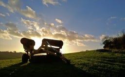 bak den gammala utrustninglantgården plöja att dra traktortrailen Royaltyfria Bilder