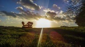 bak den gammala utrustninglantgården plöja att dra traktortrailen Arkivfoto