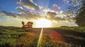 bak den gammala utrustninglantgården plöja att dra traktortrailen Royaltyfri Foto