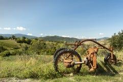 bak den gammala utrustninglantgården plöja att dra traktortrailen arkivbild