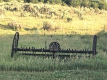 bak den gammala utrustninglantgården plöja att dra traktortrailen Royaltyfri Fotografi