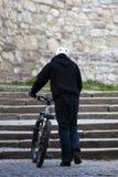bak den male ryttaren för cykel skjutit stads- barn arkivfoto
