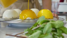 bak Eieren in kop worden gemengd die stock footage