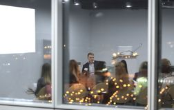bak exponeringsglas Affärslag som diskuterar en ny presentation arkivbilder