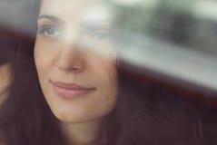 bak fönsterkvinna Arkivbild