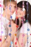 bak genomskinlig kvinna för gardinmanstay Arkivfoto