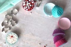 Bak hulpmiddelen voor koekje en cupcake bakselkop Hoogste mening, plaats voor tekst stock fotografie