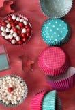 Bak hulpmiddelen voor koekje en cupcake bakselkop op roze achtergrond Hoogste mening stock foto
