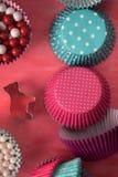Bak hulpmiddelen voor koekje en cupcake bakselkop op roze achtergrond Hoogste mening royalty-vrije stock afbeelding