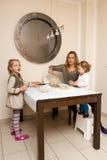 Bak koekjes met de familie Royalty-vrije Stock Afbeelding