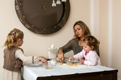 Bak koekjes met de familie stock afbeeldingen