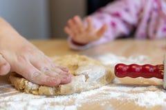 Bak koekjes voor Kerstmis stock foto