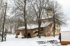 bak kyrkliga gammala trees Royaltyfri Bild
