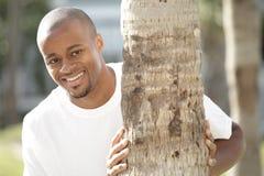 bak le tree för man Royaltyfria Bilder