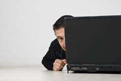 bak nederlagbärbar dator som ser mannen Fotografering för Bildbyråer