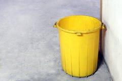 Bak plastic gele kleur oud voor afvalstortplaats, lege bak voor huisvuilafval op vloer, vuil bakplastiek, afvalbak voor kringloop royalty-vrije stock afbeelding
