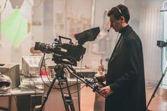 bak plats Plats för kameramanskyttefilm med hans kamera Royaltyfri Fotografi