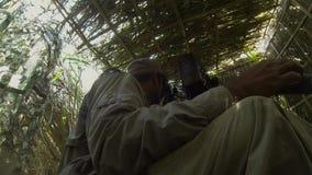 bak plats Kameraman- och filmdirektörskytte filmar plats på utomhus- läge arkivbild