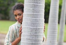 bak posera treekvinna Fotografering för Bildbyråer