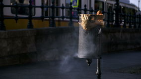 Bak in rook wordt behandeld die stock videobeelden