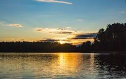 bak sörja plattform sommarsolnedgångtrees två Royaltyfria Bilder