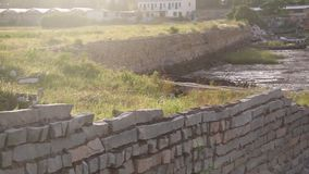 Bak stenväggen är en äng arkivfilmer