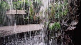 Bak vattenfallet lager videofilmer