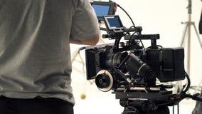 Bak videokameran, att anteckna online-reklamfilmen arkivfoton
