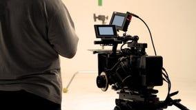 Bak videokameran, att anteckna online-reklamfilmen royaltyfri foto